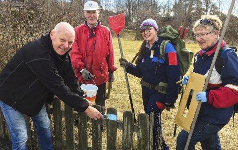 Merket og ryddet: Larvik og Omegns Turistforening har blåmerket og ryddet Bystien i Larvik. Fra venstre er Tom Egil Thorstensen, Kåre Sandboe, Bente Hvatum og Inger Lise Mjelde i full sving.