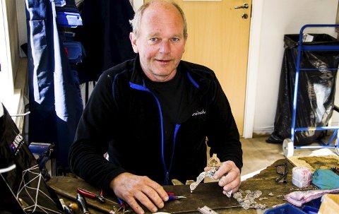 Nok å gjøre: Frode Lindland hos Johs Kristiansen Eft. i Hammerdalen er inne i en hektisk periode. Nå produseres det bunadsølv over en lav sko og hvert eneste år går det 3.000 veskelåser ut fra den tradisjonsrike bedriften.foto: roger w. sørdahl