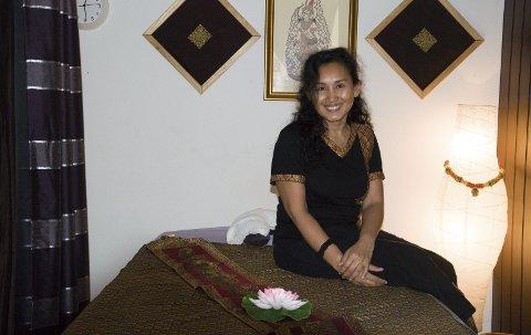 Thaimassasje: Rattanporn Channoom fra Thailand tilbyr thaimassasje og spa i Nansetgata. Hun har lang erfaring og lover å kunne løse opp stive muskler og kurere spenningshodepine og migrene.foto: roger W. Sørdahl