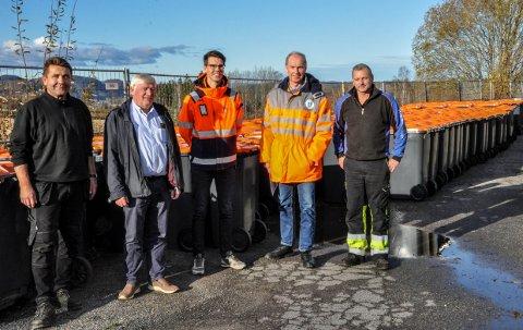 NY AVTALE: Larvik Kommune har inngått avtale med NordRen AS om avfallshåndtering i privathusholdninger og hytter. Fra venstre: Bjørn Wold, Roy Åsheim, Kristian B. Knoph, Kjetil Fevik og Ove Pettersen.