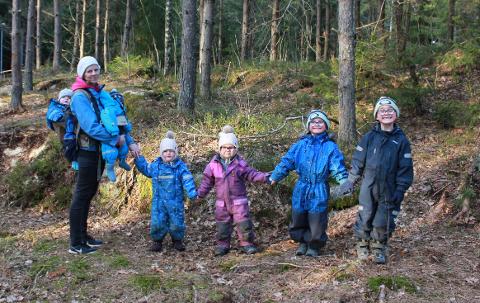 UT PÅ TUR: Seksbarnsmoren tilbringer ekstra mye tid utendørs i disse dager.  Her er Anette med tvillingene  Esekiel (1) og Natanael (1), Sara (3,5), Rakel (4,5), Lukas (snart 7) og Samuel (snart 8) i Runarskogen i Sandefjord.