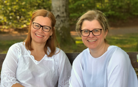 LYSER OPP HVERDAGEN: Hilde Haugum (t.h.) og Grethe Falkensten sier at hobbyprosjektet deres har vært spesielt fint å ha under pandemien. – Dessuten får mennene våre litt mer fritid, ler de to.