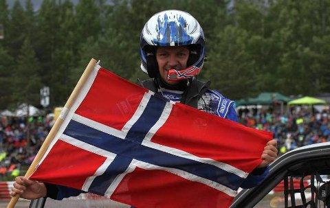 JUBEL: To ganger denne sesongen har Espen Isaksætre kunne juble for NM-gull. Her etter seieren i rallycross på Momarken.FOto: Privat