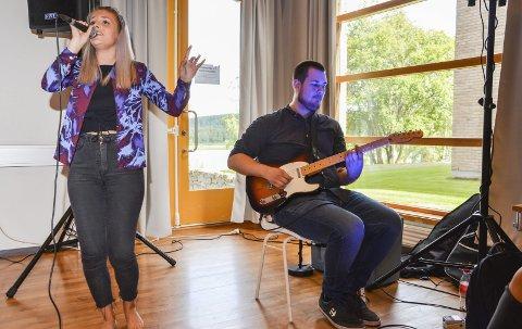 MUSIKKSTUDENTER: Under åpningen av studieåret mandag, sang Sonja Hjelle, og Emil Bringsli spilte.