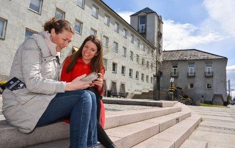 NY APP OM KRIGSHISTORIEN: Stine Skrutvold Skjæret i Anno og Kate Langsethagen i kommunen lanserer digital krigshistorieformidling i Elverum.