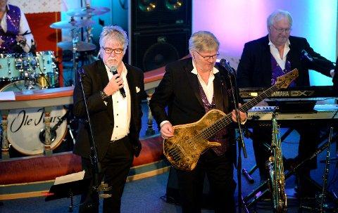 SLUTTER: Tore Halvorsen (til venstre) sang mandag kveld sin siste konsert med Ole Ivars. Her med bandkollegaene William Kristoffersen og Ole Ødegård.