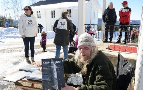 MER LOKALHISTORIE: Trond Burud er ute med en ny lokalhistorisk bok fra RIsberget. Den ble lansert under bakglattrennet i Risberget langfredag.