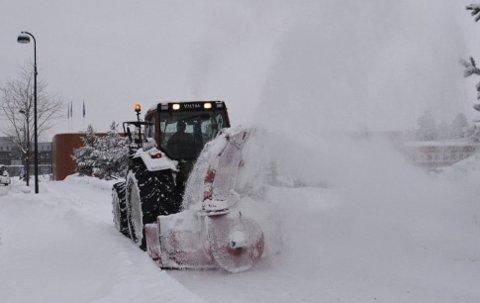 En beboer i Ringsaker mener kommunen bevisst legger igjen snø i vedkommendes innkjørsel når vegen brøytes. Foto: Illustrasjonsfoto: Gaute Freng