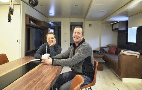 TRIVES GODT: Stefi Norberg og Arne Grønnesby koser seg i den nye husvogna.