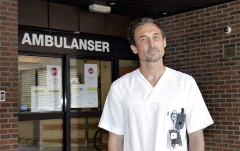 ALLSIDIG: Raymond Engen (36) fra Elverum jobber både som yrkesdykker, ved ambulansen og akuttmottaket. – Jeg synes den kombinasjonen er helt perfekt, sier han.