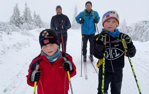 SESONGSTART: Brage Øverli Sveen og Jonas Bjørke, begge åtte år og fra Ottestad, hadde vinterens første skitur på Budor søndag. Baktroppen består av Øystein Bjørke Olsen og Vegard Hamre Sveen.