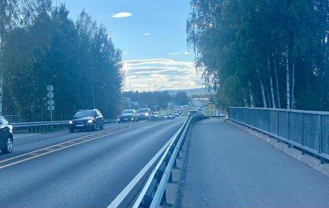 TETT TRAFIKK: Selv etter ulykken var ryddet opp i var det mye trafikk så langt man kunne se.