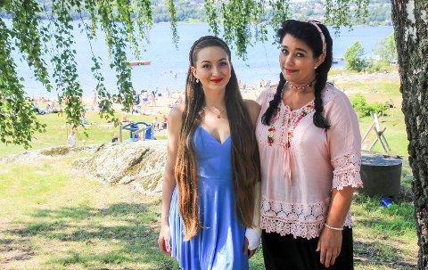 STÅR PÅ: Hanne Øvrebø (t.h) og datteren Maia Isabell (21) har fingrene fulle og vel så det gjennom sommeren. – På vinteren kan jeg hente meg inn og slappe av, sier mor Hanne.