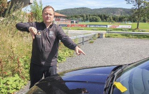 TOMMEL NED: Espen Sløgedal Riis (44), sportslig leder i Urædd friidrett, mener boten han fikk for å stå parkert på grusparkeringa er hårreisende. – Skiltinga er dårlig, og det går an å bruke hodet før man bøtelegger de som holder på med dugnadsarbeid.