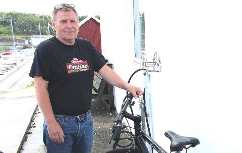 I sommer opplevde Terje Hagen en mengde sykkeltyverier i Langesund. Han skrev til Bamble kommune og bad om løsninger for sykkelparkering der syklene kan låses fast. Nå har Bamble kommune tatt fatt på oppgaven med sykkelparkerings løsninger.