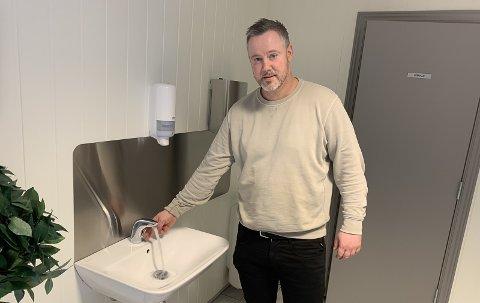 GLEDENS DAG: Rolf Kenneth Tangvald Lønnberg viser fram det som er et bedre serviceanlegg enn de fleste offentlige toaletter langs veiene og i kjøpesentrene.Nå kan han åpne serviceanlegget igjen, og han kan ta imot drop-in gjester på Rognstranda.