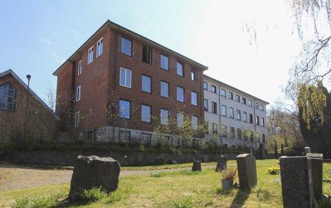 SOLGT: Hybelhuset i Sommervegen på Kjerkehaugen har nå skiftet eier. Det er stor sannsynlighet for at det nå blir iverksatt et leilighetsprosjekt her, ettersom rammetillatelsen allerede er på plass.