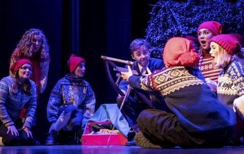 Håndverk: Snekker Andersen fikset julegaver til hele nissefamilien også i år. Med verktøykassa lagde han en kjelke til et av nissebarna.alle foto: mats duan-Hansen