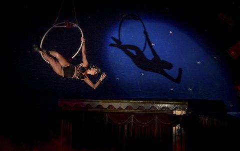 Oppunder stjernene: Cirkus Agora skilter med et stjernespekket artistgalleri.
