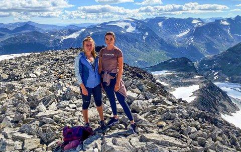 PÅ TOPPEN: Cathrine Olsen (t.v.) fra Mysen og Nora Andrine Johansen fra Slitu endelig på toppen av Norges tak, Galdhøpiggen (2.469 m.o.h.) søndag formiddag. Turen ble bråbestemt dagen før, lørdag.
