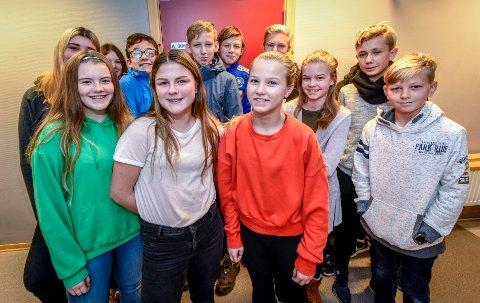 Tomine Solheim og Ida Blyseth i front, samt resten av ungdommene i åttende klasse ved Rana ungdomsskole, tror ikke foreldrene vet så mye om det som egentlig foregår på Snapchat.