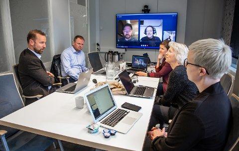 Samfunnsrådet gikk i sitt første møte gjennom hva som går igjen i de 7000 innspillene fra folk i landsdelen, og diskuterte hva som skal til for å få flere dristige idéer og tiltrekke seg flere talenter til Nord-Norge. Fra venstre: Petter Høiseth (konserndirektør SpareBank 1 Nord-Norge), Roger Finjord (daglig leder Finnmark Fotballkrets), Kim Daniel Arthur (gründer/daglig leder Ekte), Moa Björnson (utviklingssjef Træna kommune), Ragnhild Dalheim Eriksen (prosjektleder Samfunnsløftet), Iselin Marstrander (daglig leder Nordlandsforskning) og Maria Utsi (festspilldirektør Harstad).