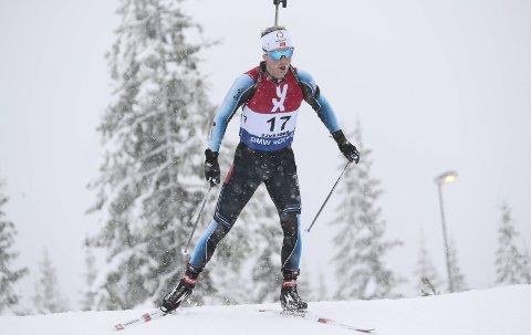 Simon Ågheim Kalkenberg, Skonseng UL, under herrenes sprint på Sjusjøen i forbindelse med sesongstarten for skiskytterne. I helga får han nye svar på om kroppen begynner å fungere normalt igjen, når det er norgescup på Geilo. Foto: Geir Olsen