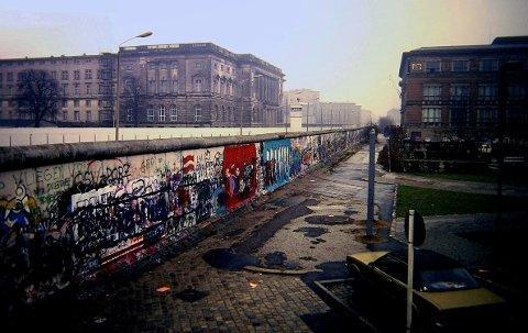 Dette bildet av Berlinmuren ble tatt i 1988, året før muren falt.