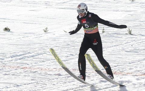 TEKNIKKTRENING: Robin Pedersen lander i Planica. Nå lader Stålkam-hopperen opp til resten av sesongen med teknikktrening «hjemme» i Granåsen og står over rennene i Sveits til helga. Foto: Primoz Lovric