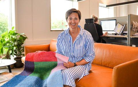 Daglig leder i Heymat, Sonja Djønne, viser her fram en av de første mattene.