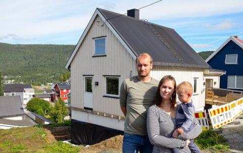 – Vi opplever det er farlig å bo her, sier Håvard Hagen og Susanne Bjørklund, her med sønnen Timmi på armen. For fire måneder siden tok de det tunge valget om å forlate huset de kjøpte i 2018.