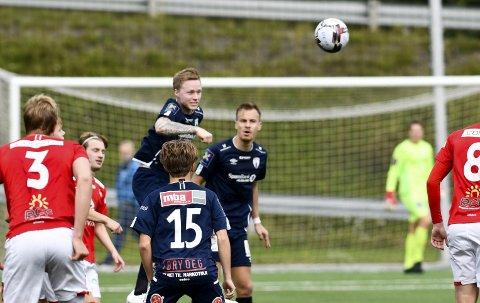 Mens lagkameratene tapte 1–4 mot Skånland satt Niklas Bakksjø hjemme med gulkortkarantene. – Dette skal vi ikke rote bort, sier han om tabellsituasjonen som begynner å bli litt småskummel med tanke på nedrykk. Her fra kampen mot Mjølner. Foto: Gøran O. Pedersen