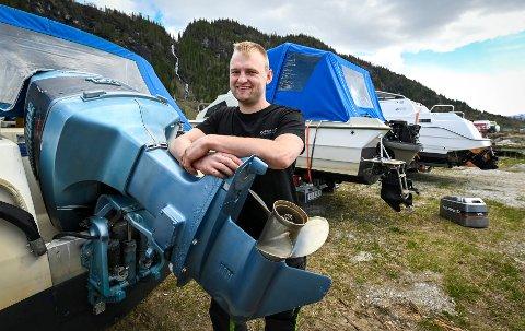 Sigurd Skjærvik driver som omreisende båtmekaniker. og reparerer båtmotorer.