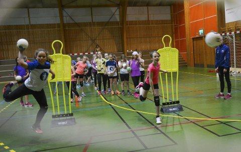 Snert armen: Maja Østby Jystad (t.v.) og Othilie Wilberg har brukt deler av høsferien (mandag-onsdag) til å delta på håndballskole i Moelv. Foto: Ole Ludvig  Rosenborg