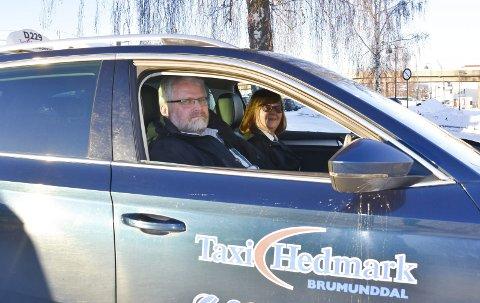 RUTINERTE: Mona Krokengen fra Moelv og Rune Andersen fra Brumunddal har begge kjørt taxi i Ringsaker siden slutten av 80-tallet. Alle foto: Thomas Strandby