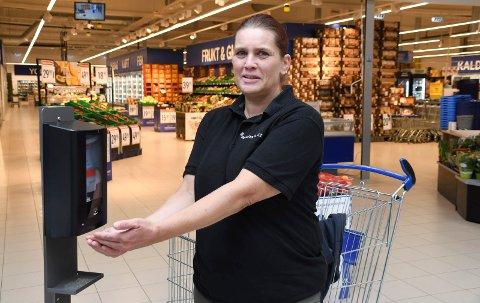 Fokus på håndhygiene: Nina Strømsrud mener det er en selvfølge å benytte håndsprit når man skal handle.