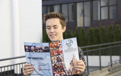 Mange ungdommer tar et friår etter videregående for å jobbe, og Lars-Erik Hansen (18)  fra Hønefoss er en av dem. Til forskjell fra mange andre reiser han til Florida for å jobbe i Walt Disney.