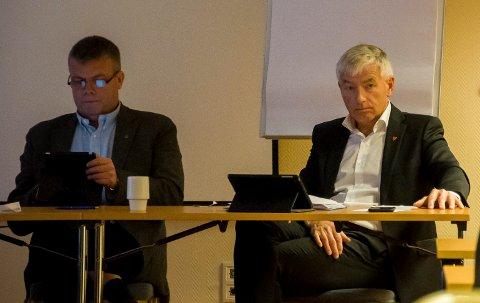 Rådmann Tore Isaksen og varaordfører Dag E. Henaug under kommunestyremøte på Klækken hotel.