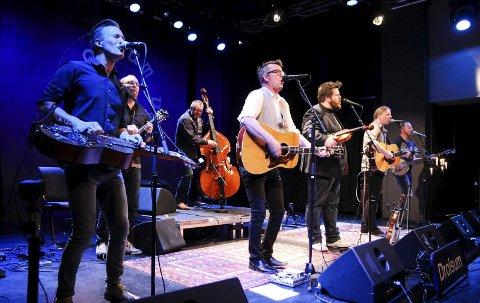 Drolsum Stasjon dro opp stemningen i Bysalen Amfi da de inviterte til Bluegrasskveld.