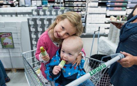 Alexandra Fossum (4) og Bendik Fossum (1) er med bestemor på butikkåpning, og koser seg med gratis is.