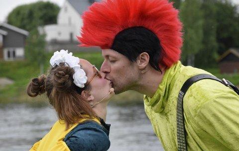 Sukkersøtt: Vingla (Elisabeth Østvang Gundersen) og Pingla (Bjørnar Reime Erlandsen) får omsider sitt etterlengtede kjæreste-kyss, til stor jubel fra alle de små.