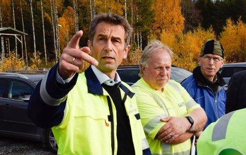 GODT INNENFOR: - Nybygg som er tilpasset formålet og tiltak på teknisk utstyr vil bringe støyen godt innenfor kravene, mente Rolf Jarle Aaberg i Follum Eiendom. Arnfinn Baksvær (Ap) og Leif Aspevoll (KrF) i bakgrunnen.