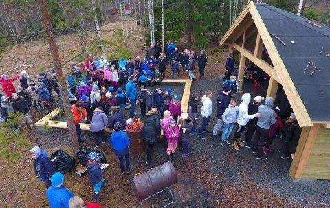 SOKNA: Gapahuk på Sokna ble innviet av lærere og elever fra Sokna skole.