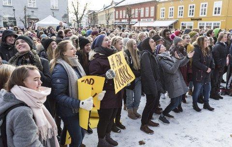 MUA: – Nedleggingsspøkelset hang tungt over dem. Jeg var der selv, da Søndre torg var fylt til trengsel med folk som stod på barrikadene for å redde musikklinja ved Ringerike videregående skole. Foto: Frode Johansen