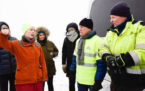 ALTFOR HØYT: Grunneier Henrik Basberg (til høyre) mener via sin advokat at Ringerike kommune har krevd altfor høyt saksbehandlingsgebyr for oppfylling på Averøya. Gebyret er ifølge reglementet, svarer enhetsleder Heidi Skagnæs (til venstre). Eier av Hagen Transport, Arvid Hagen, i midten.