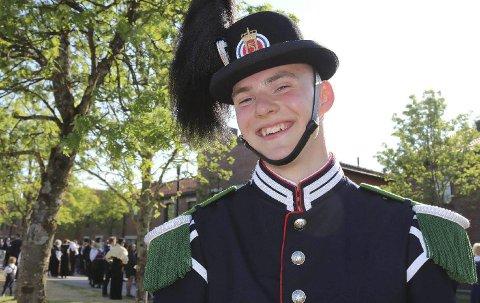 GARDEN: Anders Gaarud fra Hønefoss spiller i Hans Majestet Kongens Gardes musikktropp og kommer til hjembyen på fredag. Foto: Privat