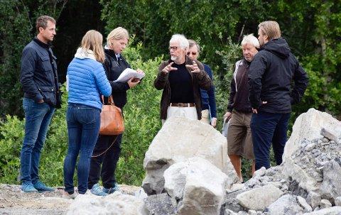 ANSVAR: Fagsjef hos fylkesmannen, Hilde Sundt Skålevåg, har sendt varsel om pålegg til Helgelandsmoen næringspark. Under denne befaringen ble næringsparken blant andre representert av Sverre Moe.