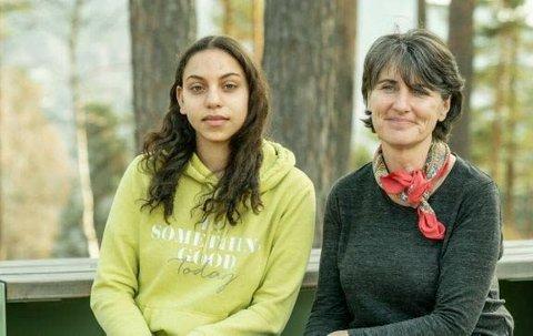 PÅ UTØYA: Mayan (15) og hennes lærer Debbie fra den Internasjonale skolen i Kristiansand har vært med på et tredagers opplegg om demokratilæring på Utøya.