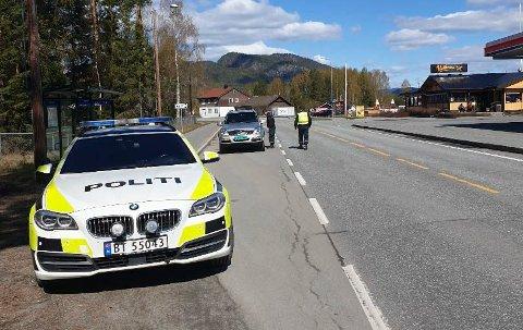 KONTROLL: Politiet holdt kontroll langs E16 ved Nes i Ådal.