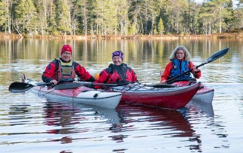 KAJAKK: Lise Bergsland, Mari Jacobsen og Tone Lundin var lei av tåka og søkte opp i høyden. Her er de klare for padletur.